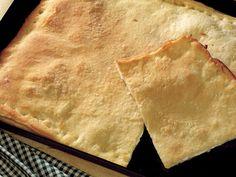 Lezzetli Bir Tarif ''Ligurya Usulü Peynirli Focaccia'' Yapımı...      Üzerine hafifçe un serptiğiniz tezgaha ekmek hamurunu yayın. (Hazır ekmek hamuru kullanabilirsiniz. Ya da 500 gram un ve 10 gram bira mayasını bir miktar ılık su ile karıştırarak da aynı hamuru elde edebilirsiniz.) Hamuru iki eşit parçaya bölün. Hamurun yarısını, hafif yağladığınız fırın tepsisine serin ve fazlalıkları kesin. Küp kesilmiş…