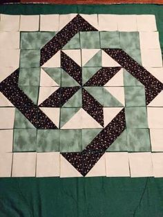 Make quilts come to life with visual illusions created by using half square triangles. Nancy Zieman will share her No Hassle Triangle Gauge method to create Illusion Quilts.Illusion Quilts Made Easy: Slip Knot Quilt Pattern Star Quilt Blocks, Star Quilts, Mini Quilts, Big Block Quilts, Colchas Quilting, Quilting Designs, Beginner Quilting, Barn Quilt Patterns, Pattern Blocks