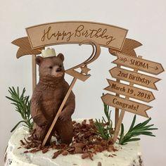 """EYMでは赤ちゃんのお誕生日用のおしゃれなケーキトッパーを通販しています。 Birthdayケーキトッパー【ケーキトッパー3本セット】は流行中の動物人形""""シュライヒ""""にピッタリなサイズの数字のトッパーと、HappyBirthdayの文字が彫られた看板トッパー、フラッグ型のお名前やお誕生日をお子様に合わせてオーダーできるトッパーの3本セットになっています♡ ナチュラルでおしゃれな木製ケーキトッパーはおしゃれなママに人気のケーキトッパーです。 こちらのお誕生日用ケーキトッパーはベビーフォトアイテム通販サイトEYMにて販売中です。"""