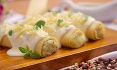 Cannelloni (ou canelone) é uma receita composta por um formato de macarrão cilíndrico tipicamente italiano. Geralmente é servido com recheio salgado que pode incluir queijo ricota e vegetais como o espinafre, além da carne moída. O canelone também é coberto por um molho que pode ser o clássico de tomate ou bechamel e gratinados ao forno.  #canelones #receitas #receitascaseiras #receitafácil #foodicas #food #foodrecipes #recipes Garlic, Sweet, Tomato Sauce, Stuffing, Spices, Oven, Salsa Roja, Candy