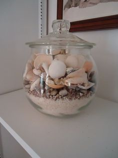 Colorful Home Decor shells in jar with sand.Colorful Home Decor shells in jar with sand Seashell Projects, Seashell Crafts, Beach Crafts, Seashell Decorations, Seashell Garland, Kid Crafts, Craft Projects, Seashell Display, Summer Deco