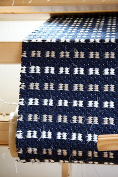 handwoven rug Weaving Textiles, Weaving Art, Hand Weaving, Textile Patterns, Stitch Patterns, Rug Inspiration, Weaving Projects, Recycled Fabric, Weaving Techniques