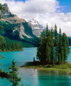 Spirit Island at Maligne Lake in Jasper National Park, Canada (by lehongwang).
