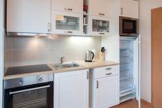 Tento apartmán umožňuje ubytování až pro 7 osob. Zařízení je pojato v moderním stylu.   V kryté lodžii si můžete vychutnat snídani při vycházejícím slunci nebo možnost večerního grilování, či posezení za jakéhokoliv počasí. Decor, Relax, Home, Kitchen Cabinets, Cabinet, Kitchen