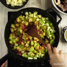 Video de Rico Entomatado de Res This beef entomatado is a delicious Mexican home cooking that you have to try. Healthy Crockpot Recipes, Healthy Eating Recipes, Beef Recipes, Vegetarian Recipes, Cooking Recipes, Cooking Chef, Fast Recipes, Mexican Dishes, Mexican Food Recipes