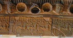 Museo di Murlo, particolare del tetto con la formella relativa alla corsa dei cavalli