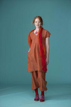 Frühjahrsmode Basic 2013 - Ganz in Terracotta – das Model trägt ein Kleid aus kreuzgewebten Leinen/Baumwollstoff mit V-Ausschnitt, darunter eine bequeme Hose mit Zugschnüren an den Hosenbeinen.