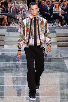 Combinando la sastrería funcional con looks de cada día, Versace presenta su colección Spring-Summer 2018 en la semana de la moda de Milán