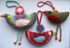 Cool little bird decorations, perfect for Christmas ornaments, kiddies mobiles or just general home decor. Free corchet pattern.