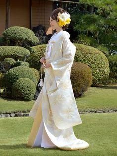 Uchikake: robe style Japanese wedding kimono