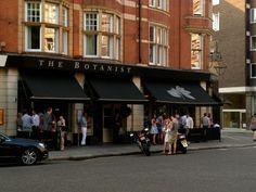 """Da"""" leva """"de restaurantes novos em Londres, o The Botanist na Sloane Square foi um dos meus preferidos na cidade. Adoro lugares que abrem do café da manhã até tarde da noite com menu super atrativo, incluindo Afternoon Tea e menu exclusivo Pré e Pós Teatro, além de um Bar super convidativo, cheio de gente linda!"""