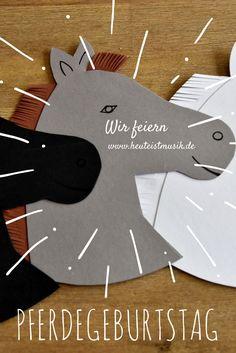 DIY: Schaut mal, unsere selbstgebastelten Einladungen zum Pferdegeburtstag. Wir haben sie einfach aus Pappe ausgeschnitten. Jetzt kann es los gehen mit der Pony-Party!