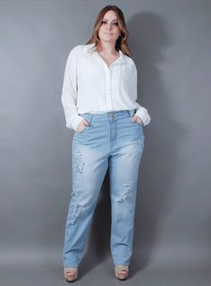 Calça jeans, modelagem boyfriend, bolsos frontais e traseiros, detalhes desfiadinhos nas duas pernas, fechamento com botões e zíper.