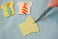 Learn to make adorable Tie and Tshirt cupcake toppers in this My Cake School free Father's Day cupcake tutorial! Fondant Cookies, Fondant Icing, Fondant Toppers, Cupcake Cookies, Cupcake Toppers, Fathers Day Cupcakes, Fathers Day Cake, Cupcake Tutorial, Fondant Tutorial