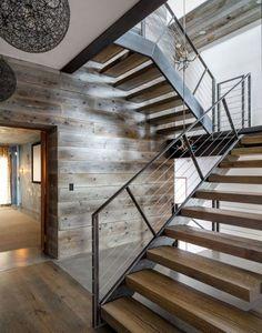 chalet innen treppe stahrahmen holzstufen pendelleuchten