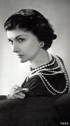 時尚界傳奇女王香奈兒女士Coco Chanel一句「我不塑造時尚,我就是時尚。」眾所皆知,除此之外,這位世紀經典的設計師還有許多她的時尚宣言。在今年的最後一個月,就用香奈兒女士Coco Chanel的霸氣語錄來激勵自己,我們都值得成為更好的女人…,