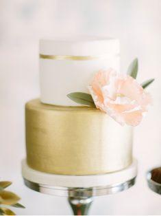 Prettiest, simple, gold cake via Wedding Sparrow. #laylagrayce #cake #wedding