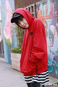 Smiling at you Jaehwan Wanna One, Rain Jacket, Bomber Jacket, Fashion Idol, Street Fashion, Lee Daehwi, Ong Seongwoo, Kim Jaehwan, Ha Sungwoon