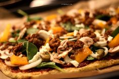 """Say hello to one of my best friends: PIZZA! Ik zou het absoluut geen straf vinden om de rest van mijn leven de """"gewone"""" pizza te vervangen door deze pizza met bloemkool als bodem. Heerlijk en helemaal Paleo! Natuurlijk ook glutenvrij en tarwevrij Ik had al eerder een recept voor een bloemkoolbodem pizza, maar dit …"""