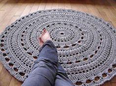 chunky crochet mega doily rug - pattern & pic N/A except to see here Crochet Diy, Crochet Doily Rug, Crochet Carpet, Crochet Rug Patterns, Chunky Crochet, Doily Patterns, Crochet Home, Crochet Crafts, Yarn Crafts
