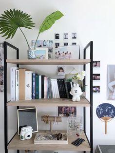 Room Decor Kpop Ideas 21 Ideas For 2019 Jeder von uns hat unterschiedliche Be Army Room Decor, Decoration Bedroom, Room Decor Bedroom, Dorm Room, Tumblr Room Decor, Tumblr Rooms, Army Bedroom, Gold Bedroom, Deco Studio