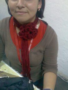 Bufanda flor. Facilisima de tejer, haces una rosa y le tejes largas cadenetas.