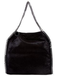 Sac en cuir noir Stella McCartney avec fermeture à pression dissimulée, poche zippée intérieur, effet brillant, petites anses et bordure chaîne.