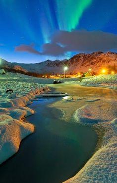 """Aurora boreal"""", imágenes impresionantes de la aurora boreal en Noruega tomadas por Bjorn Jorgensen .. Las luces del norte, o aurora boreal, se ven cuando la corriente de viento solar golpea el campo magnético de la Tierra, lo que desató brillantes auroras alrededor del Círculo Polar Ártico.. Estas fotos fueron tomadas por el fotógrafo Bjorn Jorgensen, quien vive en Tromso en el norte de Noruega... Una poderosa explosión de auroras sobre el mar abierto en Eggum en las islas Lofoten en…"""