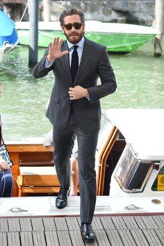 Jake Gyllenhaal Um dos mais badalados astros do evento, Jake Gyllenhaal foi também um dos mais elegantes. Esse traje, por exemplo, foi uma perfeição de corte e combinação - da cabeça aos pés. Sem falar no pelo facial e capilar que invejam qualquer um.