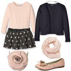 Questo outfit, adatto per le occasioni mondane delle nostre piccole, è tutto in rosa e grigio: abito in cotone, con gonnellina plissettata e paillettes, cardigan di cotone senza bottoni, ballerine di tessuto, con applicazione di fiori, borsa di pelle a forma di rosa e foulard in cotone.