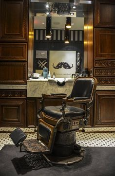 THE BARBER's CHAIR... vintage!