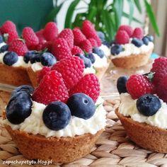 Lemon cupcakes with mascarpone cream and fruits #zapachapetytu #lemon #cupcakes #raspberries #berries
