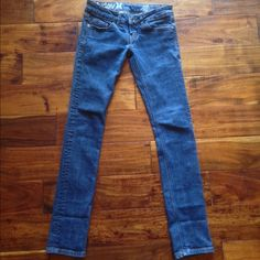 "Hurley denim skinny ankle jeans size 25 Hurley skinny ankle capris denim size 25. Previously worn but in like new condition. No signs of wear on the pockets. 30"" inseam. Hurley Jeans Ankle & Cropped"
