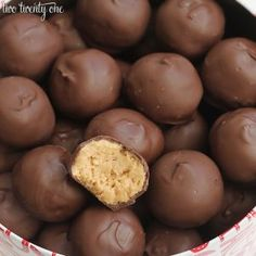 A delicious recipe for chocolate covered peanut butter balls! This peanut butter ball recipe includes only 5 ingredients and is so easy to make! These peanut butter balls are a huge hit! They're no bake, easy to make, and require only 5 ingredients! Peanut Butter Balls, Chocolate Peanut Butter, Chocolate Recipes, Chocolate Morsels, Chocolate Tarts, Chocolate Fudge, Homemade Chocolate, Chocolate Chips, Candy Recipes