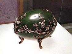 1901 - Uovo dei fiori di melo ordinato da Alexander Kelc - L'uovo è fatto di nefrite verde, oro rosso e verde, argento, diamanti, smalto opaco bianco e rosa, la fodera è in velluto.  È una delle uova più grandi fabbricate da Fabergé. Il disegno Art Nouveau in stile giapponese segue la moda dell'epoca. Si tratta di uno scrigno portagioie a forma di uovo, le due metà del guscio, lucido e sorprendentemente sottile, sono intagliate in un unico blocco di nefrite color muschio.
