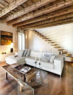 Soggiorno rustico, tavolo legno e cristallo - Arredamento soggiorno in stile rustico: tavolo, soffitto e scale in legno.