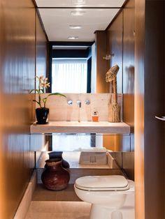 Banheiro com espelho que amplia a área