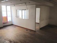Vue future salle de bain ou coin repas. Cloison en placo a dégager. Faux plafond et parquet a virer.  Rechercher pierre de paris sur le mur du fond.  Fenêtres a changer aussi.