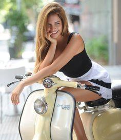 «Lambretta fue una línea de scooter producida en Milán, Italia desde finales de la década de 1940 por la compañía Innocenti. Junto con la Vespa ,su eterno rival, fue un icono de los años 50 y 60 cuando fue adoptado en el Reino Unido por la cultura juvenil de los mods».