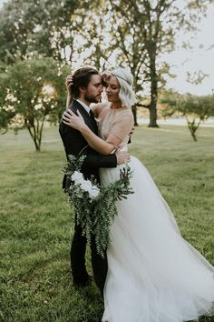 We've rounded up 20 gorgeous hoop bouquets for brides and bridesmaids that will have you rethinking the traditional bridal bouquet. Wedding Looks, Green Wedding, Bridal Looks, Floral Wedding, Bridesmaid Poses, Brides And Bridesmaids, Bridesmaid Bouquet, Corsage Wedding, Wedding Bouquets