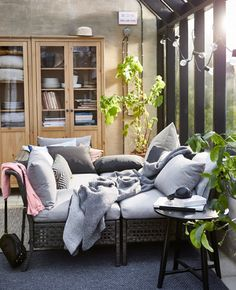 Kuschelzeit! Mit Sitzkissen, Decken, Pölser und Plaids. Mehr Inspiration findest du in unseren Ideen.