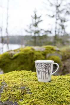 Designer Minna Niskakangas wanted to bring the beauty of forest into our urban everyday life. Traditional Finnish forest lives in modern Metsikkö (Grove) tableware series. The body has been designed by Lasse Kovanen. This mug belongs to Metsikkö series t