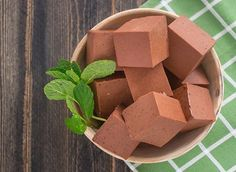 Full of healthy fats, these Creamy Mint Chocolate Gummies make the perfect satiating, guilt-free dessert. Our Beef Gelatin sets it up with a healthy source of protein. And nothing says love like raw cacao powder plus your favorite mint extract. Yields: a Healthy Sweets, Healthy Fats, Healthy Snacks, Healthy Life, Healthy Living, Crispy Treats Recipe, Vital Proteins Collagen, Collagen Protein, Gelatin Recipes