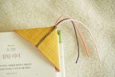 오랜만에 만들어 본 모시 책갈피입니다. 제가 좋아하는 소품 중 하나이지요. 예전에 제가 규방공예를 배울 ... Korean Crafts, Korean Traditional, Paper Piecing, Small Gifts, Textile Art, Cross Stitch Patterns, Hand Sewing, Diy And Crafts, Textiles