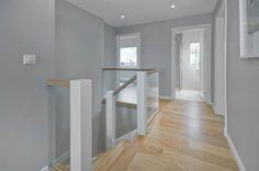 Bra kombinasjon av farger og materialer. Gråe vegger, eik, hvite lister og glass.