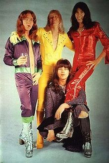 Glam Rock Fashion: During this time, glam rock fashion consisted of futuristic makeup and shiny clothes. Glittery boots and striped patterns also became part of the glam rock fashion. Rock Chic, 70s Glam Rock, Glam Rock Bands, Rock Style, Sweet Band, Nostalgia, 70s Music, Rockn Roll, Thing 1