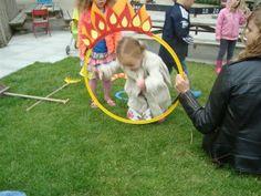 Een zelfgemaakt hoepel maken of hergebruiken van een oude hoepel en versieren en de kindjes erdoor laten gaan.