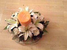 Centro de mesa con vela y flores blancas