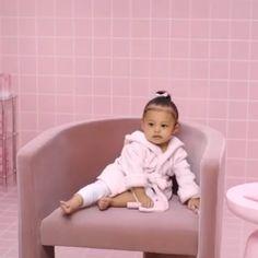 Stormi is extremely adorable♥️♥️ Kourtney Kardashian, Estilo Kardashian, Kardashian Jenner, Jenner Kids, Jenner Family, Kylie Jenner Look, Kendall And Kylie Jenner, Cute Kids, Cute Babies