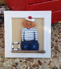 Un petit marin réalisé en bois flotté peint et brique polie par la mer  trouvé sur le bord de mer.  Le tout est verni et collé sur un cadre de bois flotté peint 20 cm x 2 - 20043838